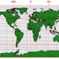 GEOGRAFSKA KARTA Geografska i kartografska mreža Paralele ili uporednici su zamišljene kružne linije koje obavijaju Zemlju u pravcu zapad istok.  Međusobno su paralelne. Nisu iste dužine. Najduža I početna je Ekvator, a prema polovima su sve kraće. Polovi su predstavljeni tačkama.  Ekvator deli Zemlju na dve polulopte severnu I južnu.  Geografska širina je udaljenost neke tačke od početne paralele Ekvatora prema severu ili jugu.  Od Ekvatora do Severnog pola mesta mogu da imaju do 90°severne geografske širine (N), a do Južnog pola 90°južne geografske širine (S);  Prikazivanje Zemljine površine  23. Globus je model Zemlje – najvernije prikazuje oblik Zemlje.  24.Geografska karta je umanjen grafički (nacrtan) prikaz površine Zemlje u jednoj ravni. Geografska karta nije model Zemlje. Zašto?  25. Geografska karta sadrži:          Matematičke elemente – ram ili okvir karte, kartografska mreža I razmer;         Geografske elemente – geografski objekti prikazani na karti;         Dopunske elemente – naziv karte, legenda karte I podaci o izradi.